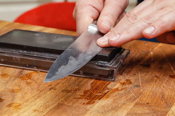 Man sharpening knife. – Foto