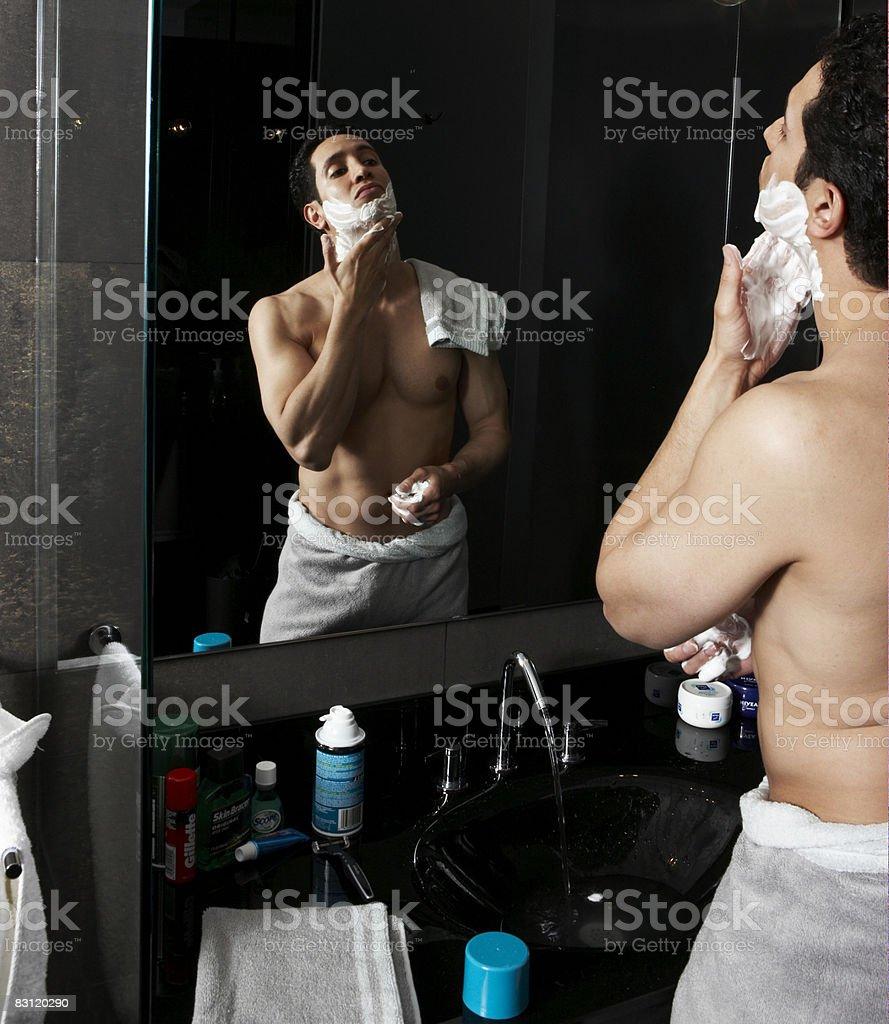 Człowiek do golenia w łazience nowoczesne zbiór zdjęć royalty-free
