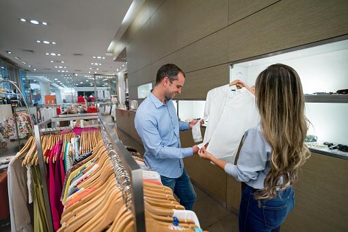 Man Winkelen Bij Een Praten Met De Verkoopster Kledingwinkel Stockfoto en meer beelden van 30-39 jaar