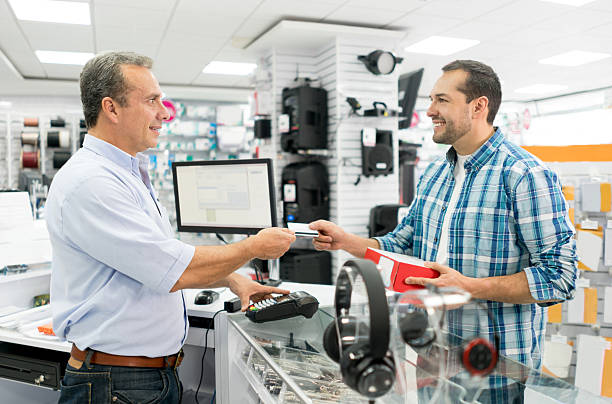 Man shopping at a tech store – Foto