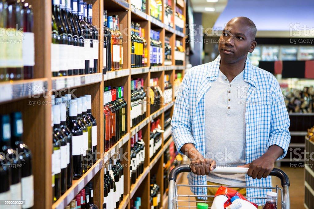 Winkelen in de supermarkt sectie man foto