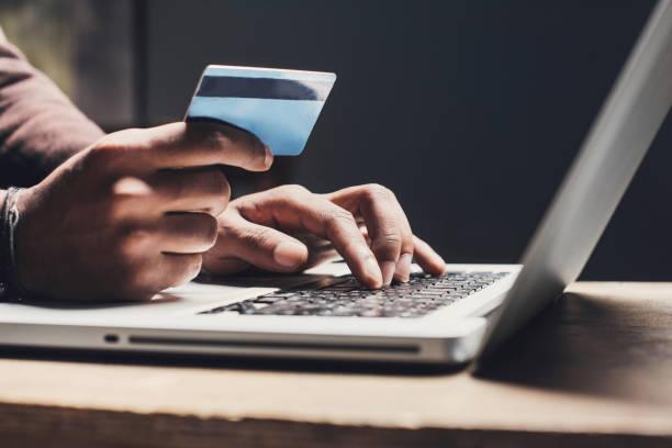 mann, einkaufen, online mit laptop und kreditkarte - bestellen stock-fotos und bilder