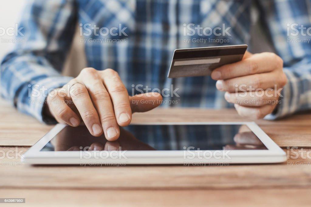 デジタル タブレットとクレジット カードとオンライン ショッピングの男 ストックフォト