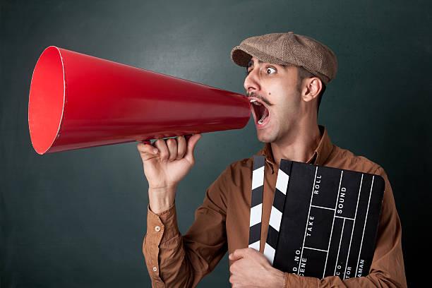 mann schreien auf megafon - klappe hut stock-fotos und bilder