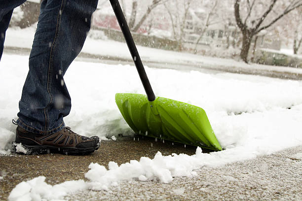 Man shoveling and removing snow in front of his house – Foto