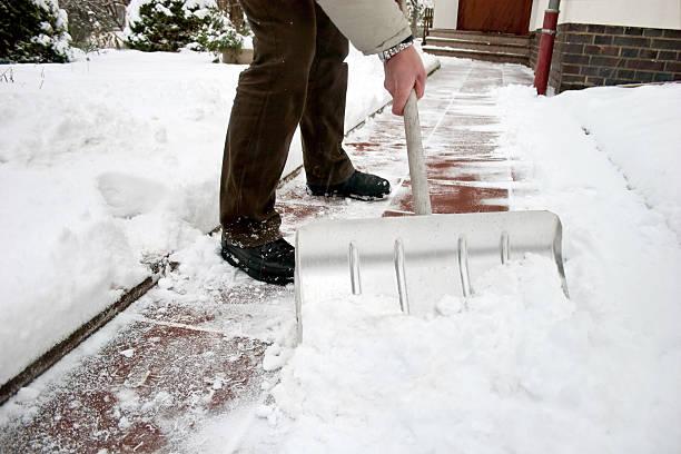 mann b. beim schneeschaufeln im weg - andreas weber stock-fotos und bilder