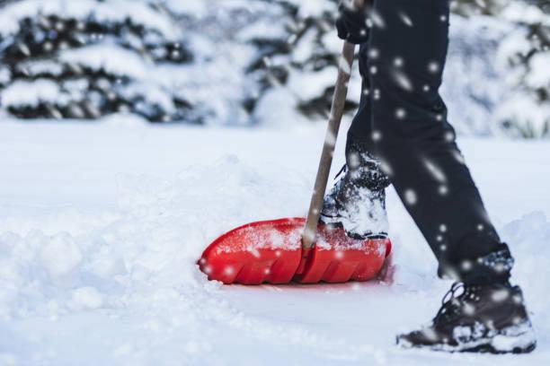 sneeuwschuiven man - graven stockfoto's en -beelden