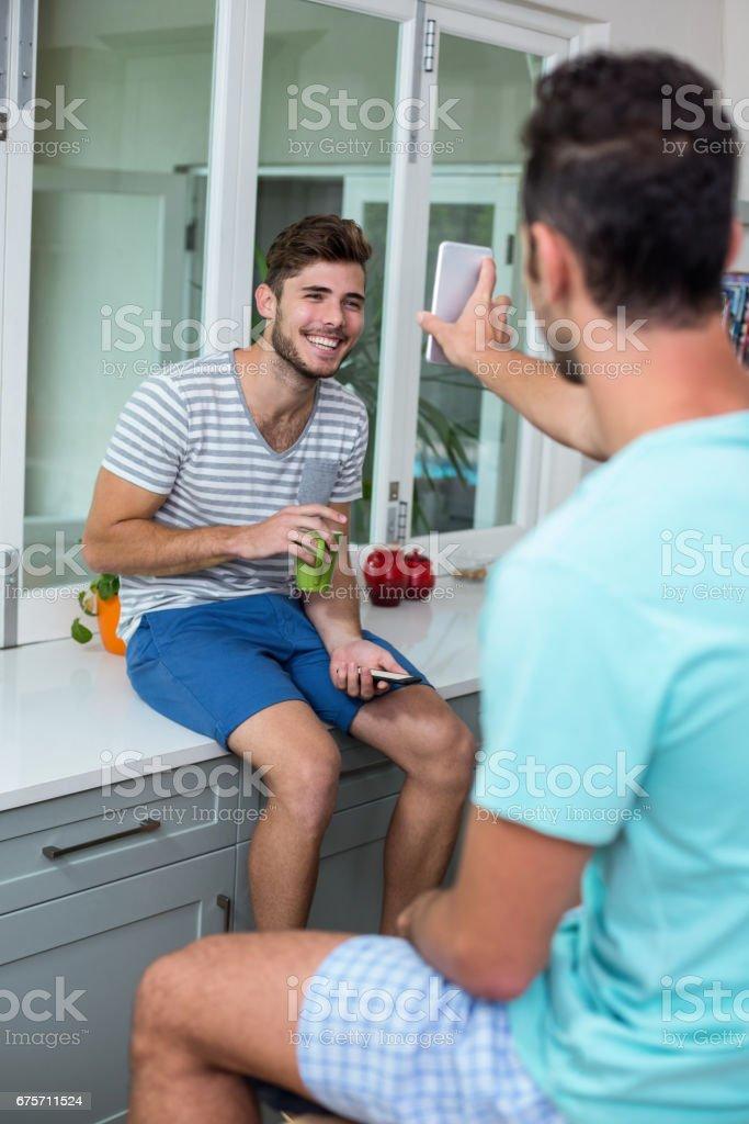 男人顯示電話給微笑的朋友 免版稅 stock photo
