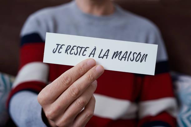homme montrant le message que je reste à la maison dans français - france photos et images de collection