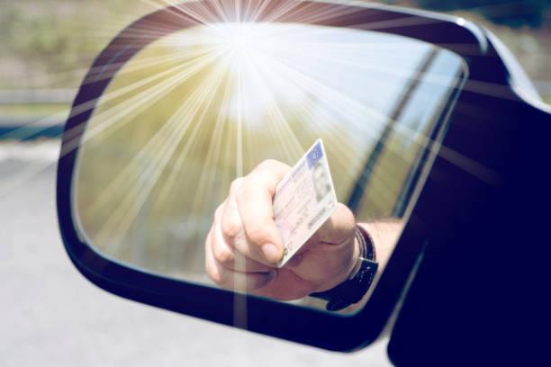 Ein Mann zeigt seinen Führerschein – Foto