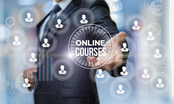 man toont online cursussen. - e learning stockfoto's en -beelden