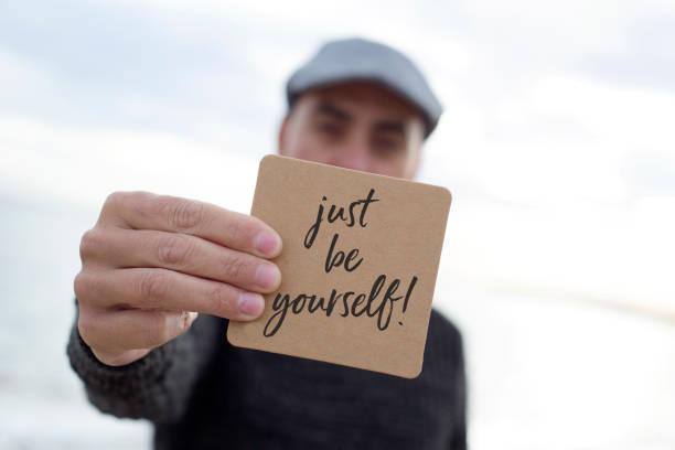 mann sei zeigt schild mit dem text einfach du selbst - sprüche ehrlichkeit stock-fotos und bilder