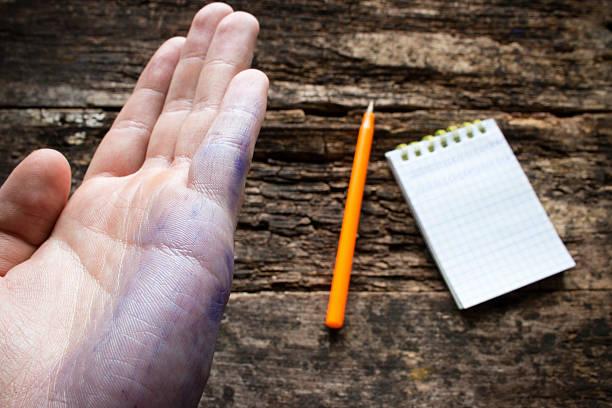 homme montre le problème lefties sale après écrit à la main - gaucher photos et images de collection