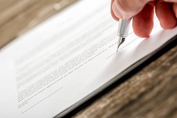 Mann, die Unterzeichnung business-Dokument Anmeldeformular oder Versicherungen, pa – Foto