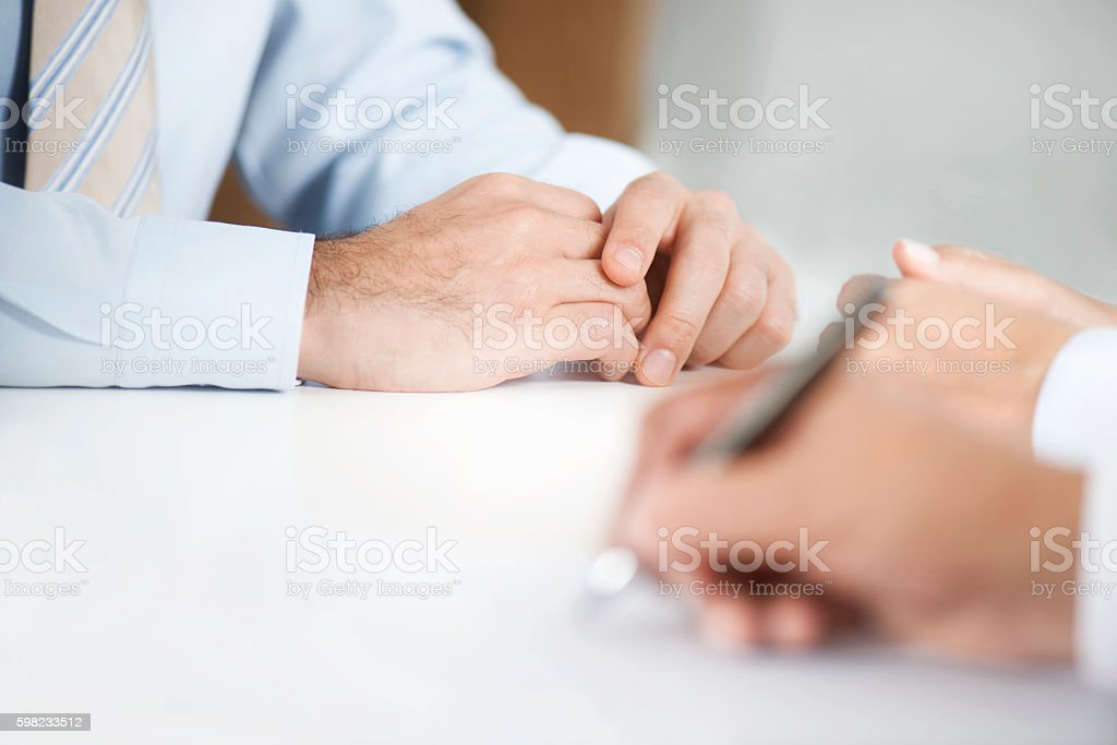 Assinatura contrato de homem de papel foto royalty-free