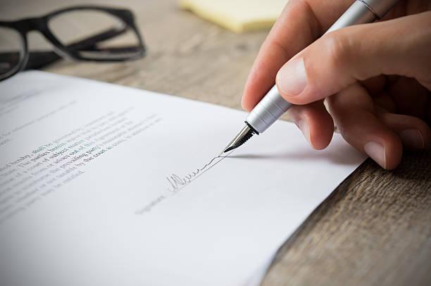 mann, die unterzeichnung vertrag - unterschrift stock-fotos und bilder