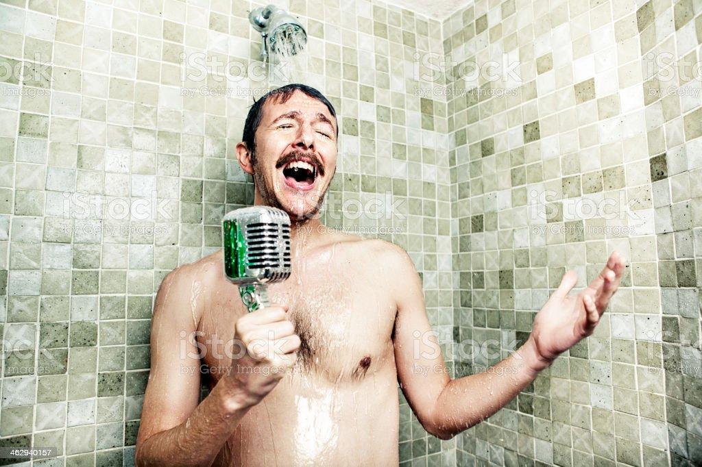 Mann singt in der Dusche – Foto