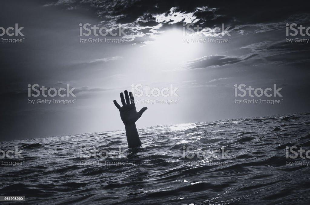 Mann sinken im Wasser – Foto