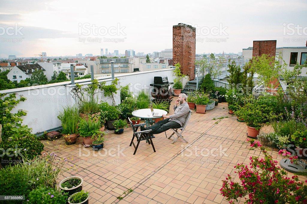 Gemeinsame Mann Sitzt In Seinem Garten Auf Der Dachterrasse Die Skyline Der @BJ_66