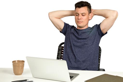 Foto de Homem Sentado Na Mesa Com O Laptop Para Fazer Uma Pausa e mais fotos de stock de Adulto