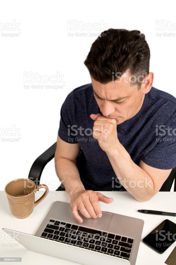 Hombre sentado en el escritorio con el funcionamiento del ordenador portátil. - Foto de stock de A la moda libre de derechos