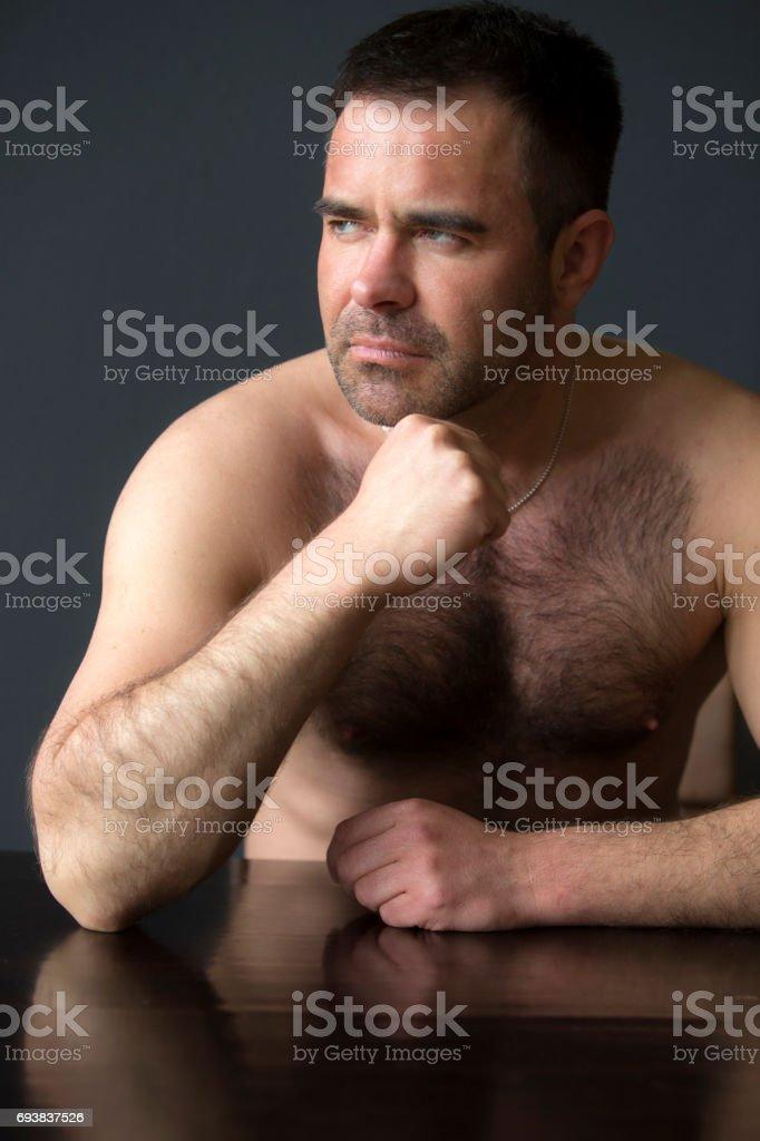 nackt am tisch