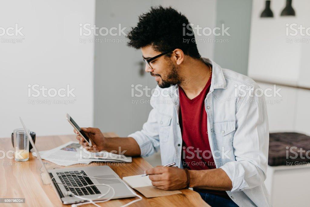 Mann verwenden am Schreibtisch und Zahlung von Rechnungen mit seiner Kreditkarte online Laptop. – Foto