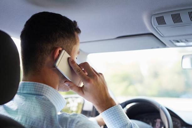 Hombre sentado en el coche y la llamada - foto de stock