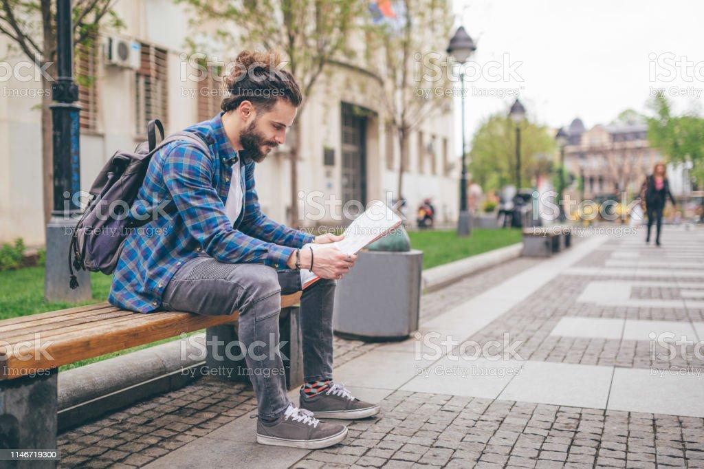 Hombre sentado en un banco foto de stock libre de derechos