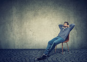 男は椅子に座っていると空想