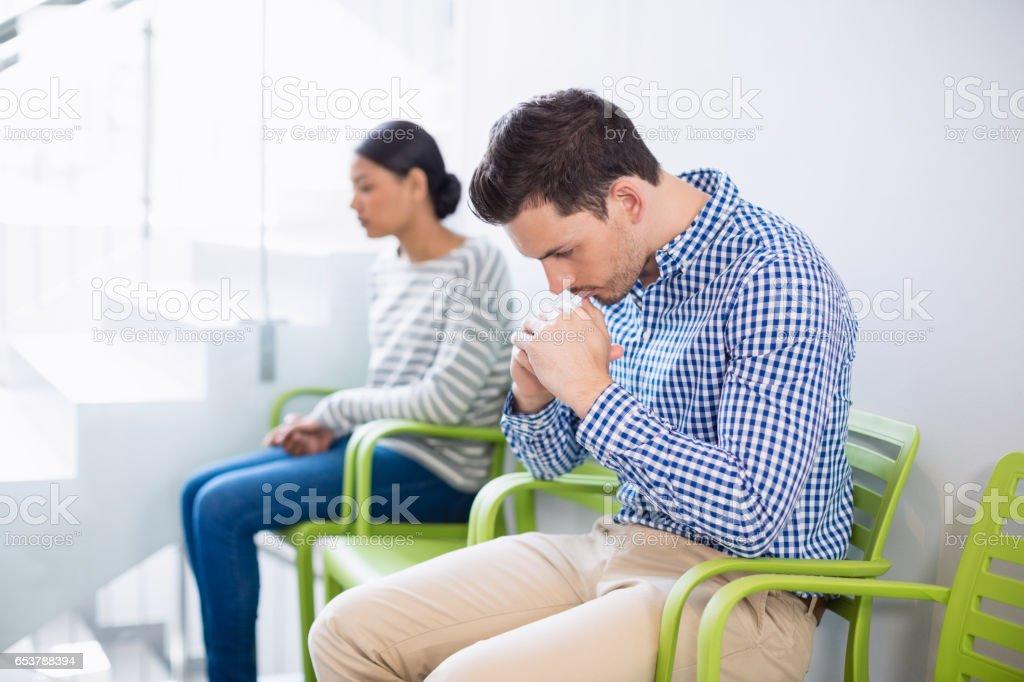 Mann, sitzend auf Stuhl im Krankenhausflur – Foto