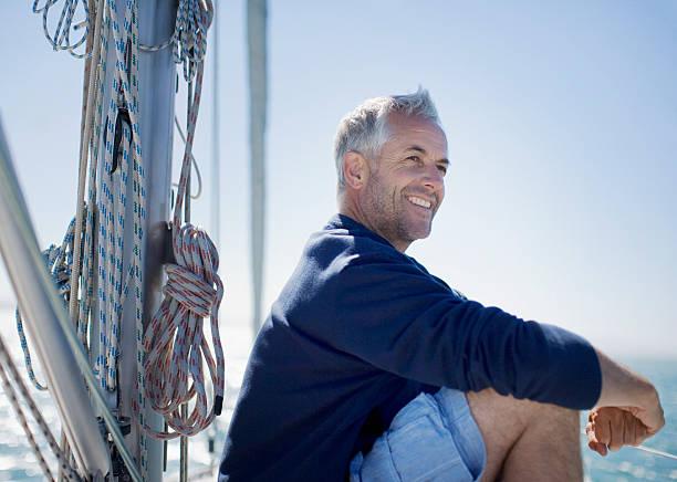 Hombre sentado en la terraza de barco - foto de stock
