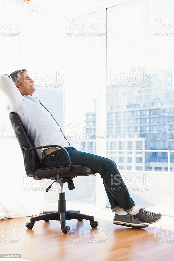 Hombre sentado en la silla de oficina en reposo foto de stock libre de  derechos 3451eb2b129d