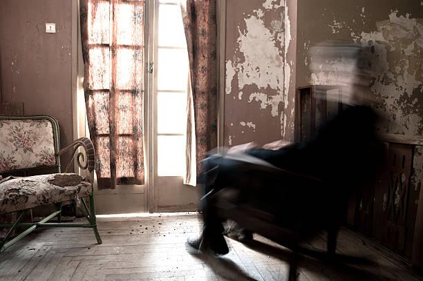 Mann sitzt im Schaukelstuhl – Foto