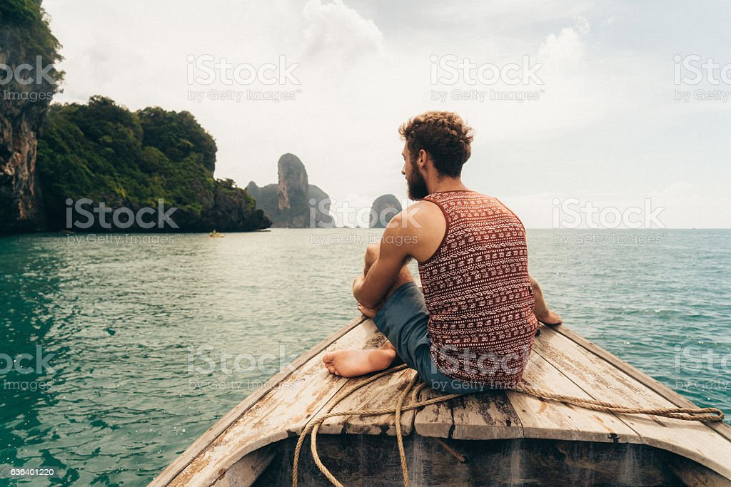 Man sitting on the boat圖像檔