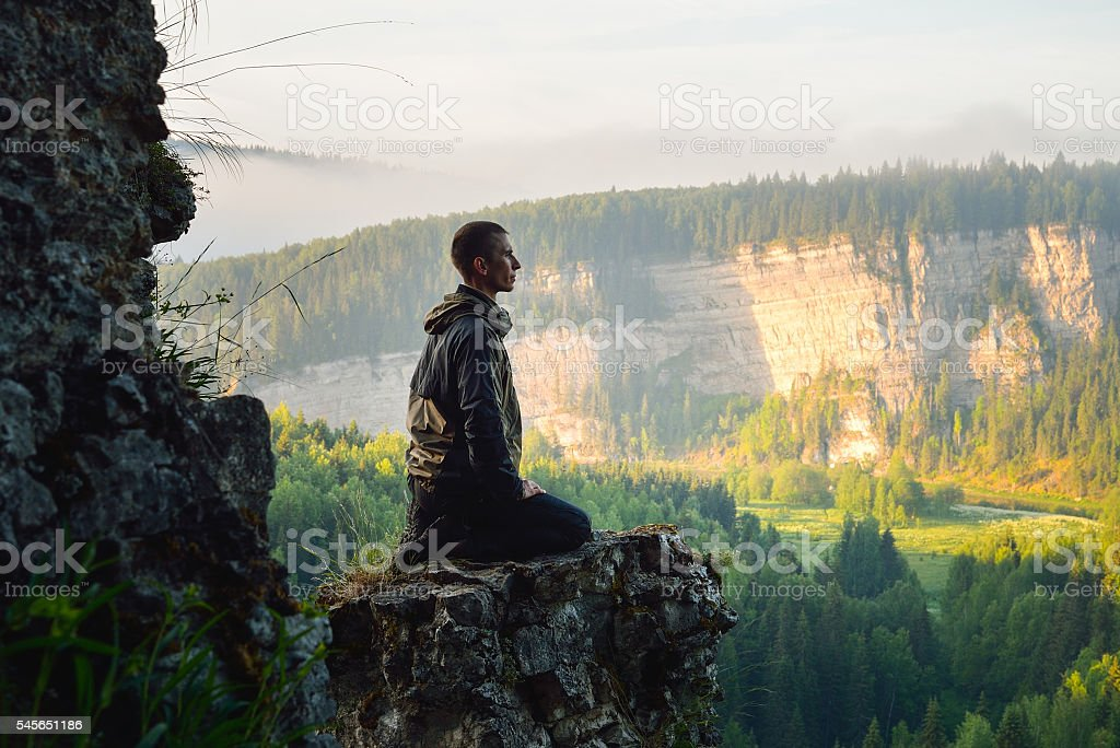 Man sitting on the top of the mountain and meeting - foto de stock