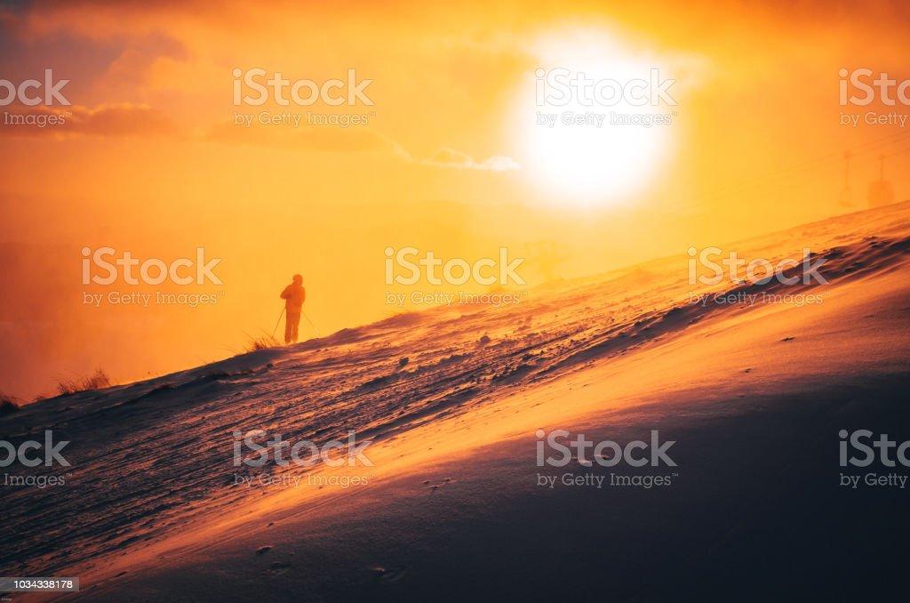 Weihnachten Bilder Bearbeiten.Mannski Im Skigebiet Wintersportfoto Orange Abendlicht Im