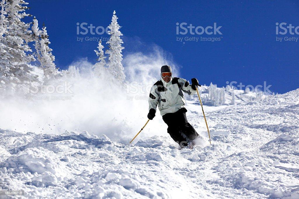 Mann Skifahrer in Aktion im Pulverschnee und klarer Himmel – Foto