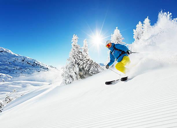 man skier running downhill - skipiste stockfoto's en -beelden