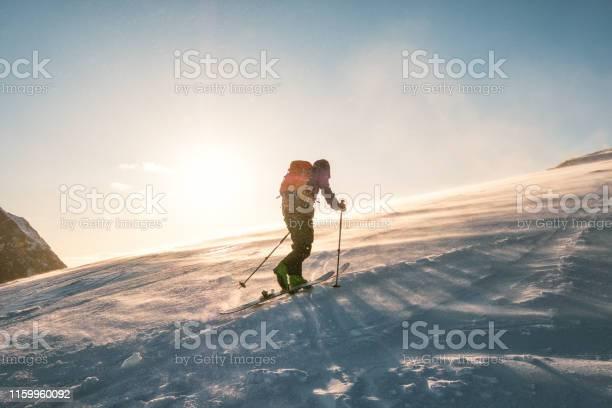 Man Skifahrer Mit Rucksack Trekking Auf Schneeberg Mit Sonnenlicht Stockfoto und mehr Bilder von Abenteuer