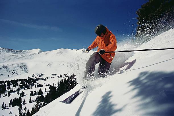 Mann Skifahren mountainside – Foto
