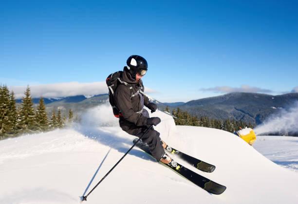 taze kar ile hazırlanan yamaç üzerinde kayak adam. yapay kar yağışı yapan kar topu makinesi. arka planda sihirli doğa. - mountain top stok fotoğraflar ve resimler