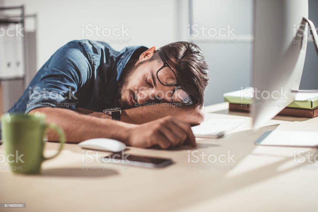 Homme dormir dans le bureau u photos et plus d images de adulte