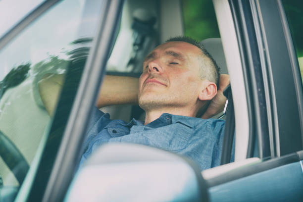Mann schläft im Auto – Foto