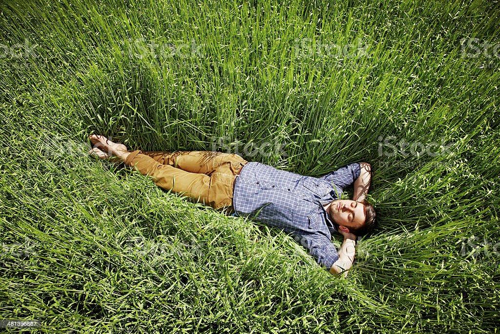 Mann schlafen im Feld Lizenzfreies stock-foto