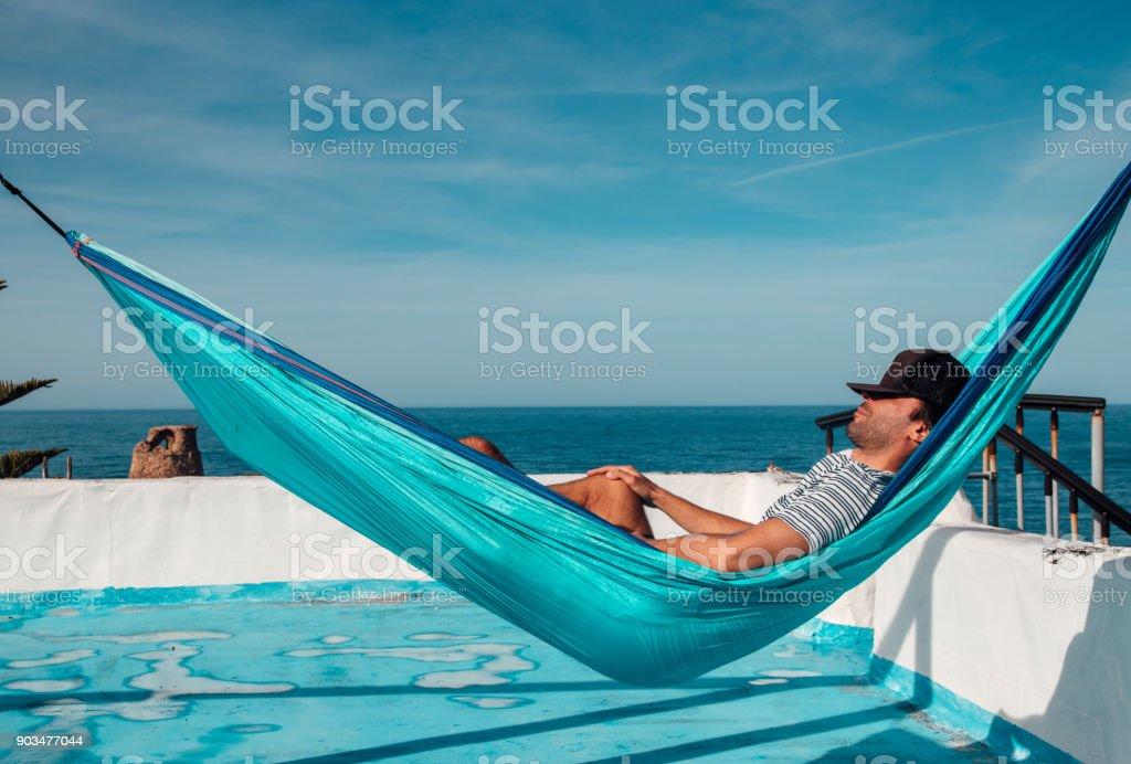 Homme Dort Dans Le Hamac Sur La Terrasse Sur Le Toit Photos Et