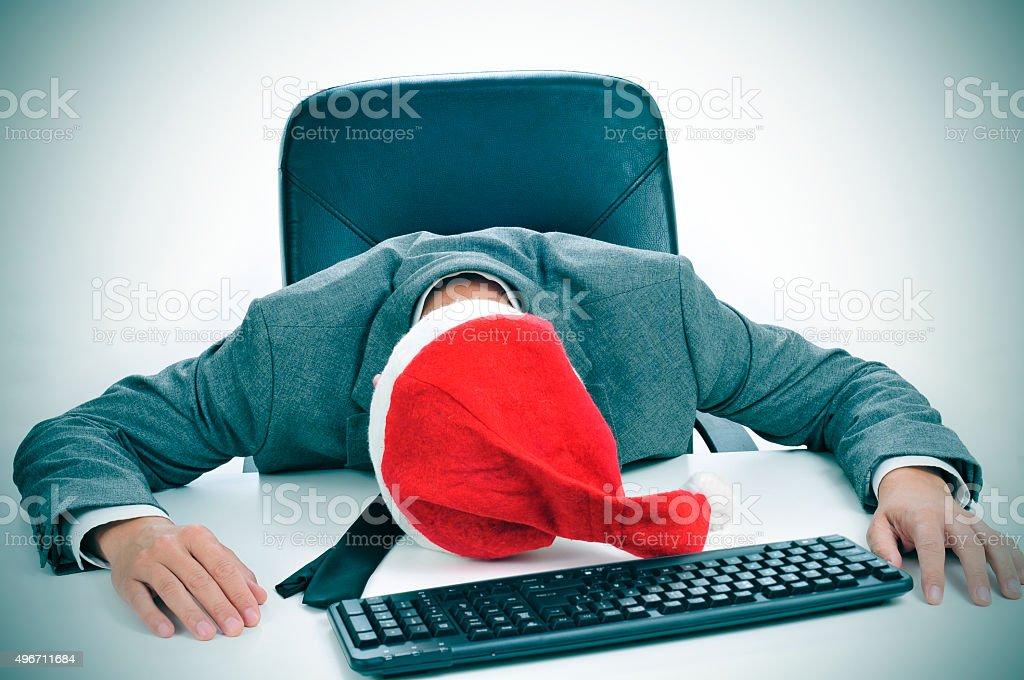 mann schlafen im b ro nach einer weihnachtsfeier stock fotografie und mehr bilder von 2015 istock. Black Bedroom Furniture Sets. Home Design Ideas