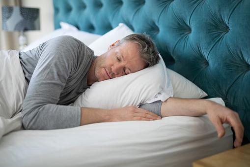 Foto de Homem Dormindo Na Cama No Quarto e mais fotos de stock de 40-49 anos