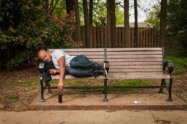 Mann Schlafen auf Park Bench – Foto