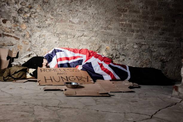 Mann schläft auf der Straße unter Großbritannien Flagge – Foto